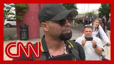 CNN reporter presses far-right rally leader in Portland 1